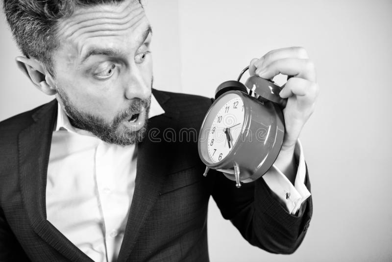 Mogen man med att undra Affärsmannen har brist av tid Tid ledningexpertis Hur mycket tid lämnade brukar stopptid Tid royaltyfri foto