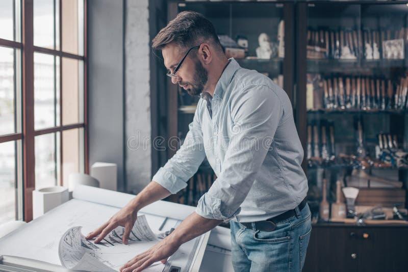Mogen man på arbete arkivbild