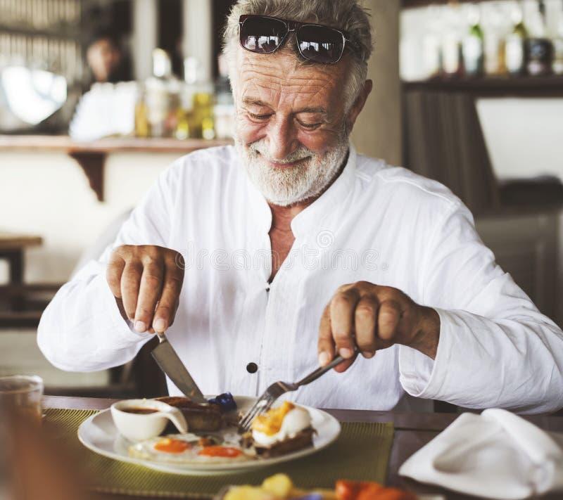 Mogen man som äter frukosten på hotellet arkivbilder