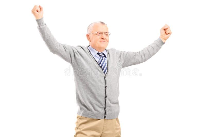 Mogen man som lyfter hans händer ut ur glädje royaltyfria bilder