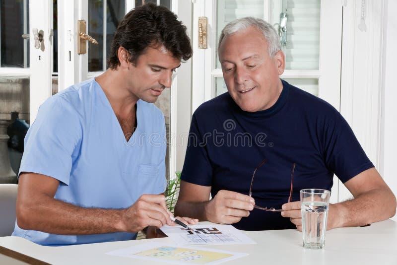 Mogen man som spelar det Sudoku pusslet arkivbilder