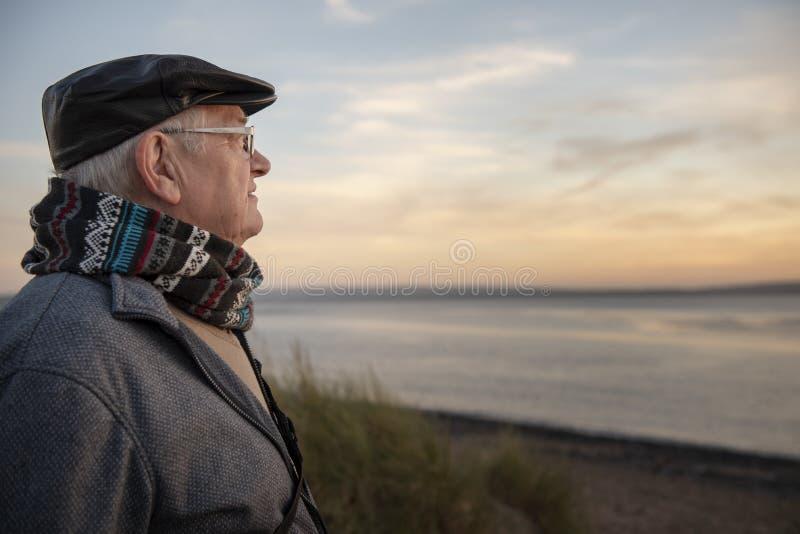 Mogen mandet fria på solnedgången arkivfoton