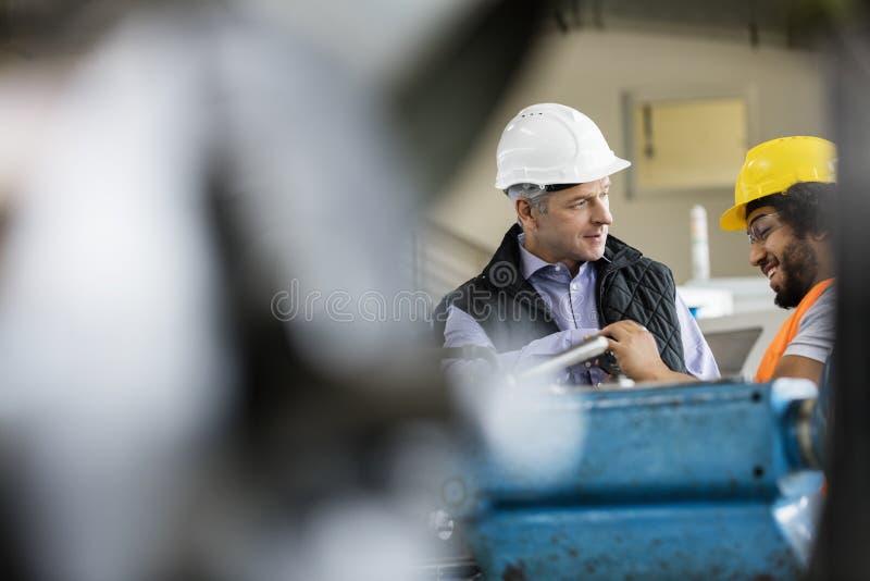 Download Mogen Manlig Arbetsledare Som Talar Med Arbetaren I Metallbransch Arkivfoto - Bild av män, inomhus: 78727614