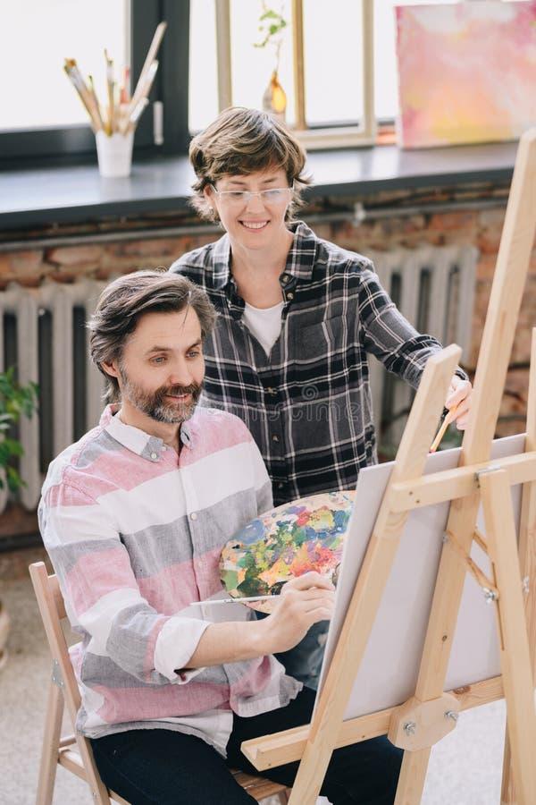 Mogen manmålning i Art Class royaltyfri foto