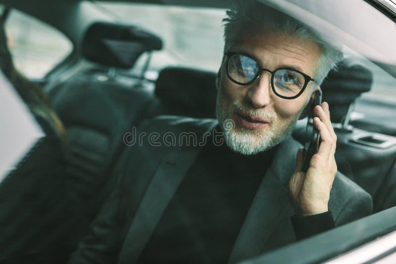 Mogen manresande vid en taxi arkivbilder