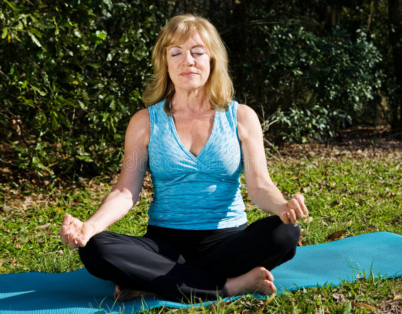 mogen meditationkvinna royaltyfria foton