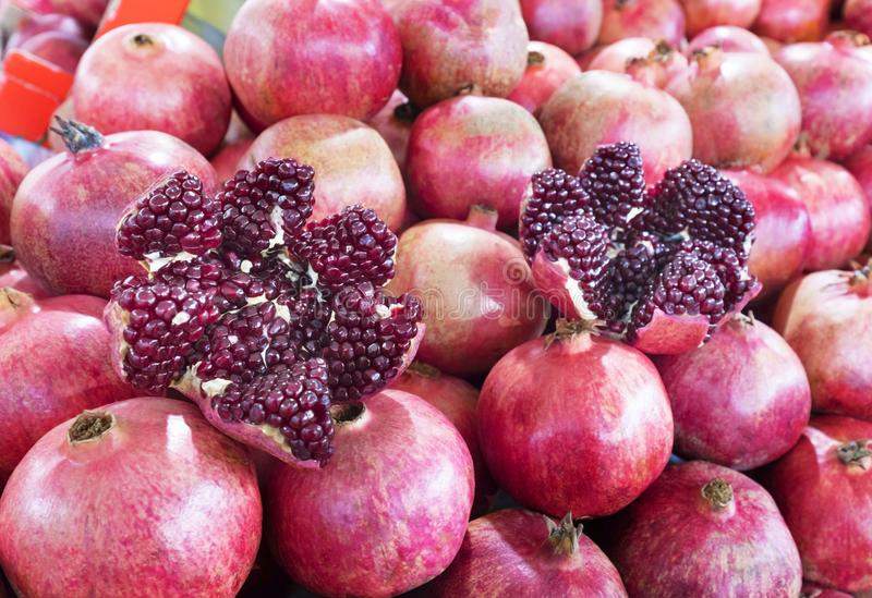 Mogen och röd fruktgranatäpple och delat in i fyra delar, royaltyfri foto