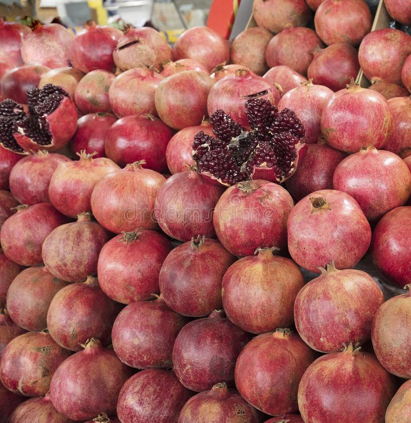 Mogen och röd fruktgranatäpple och delat in i fyra delar, mot bakgrunden av granatäpplefrukt royaltyfri foto