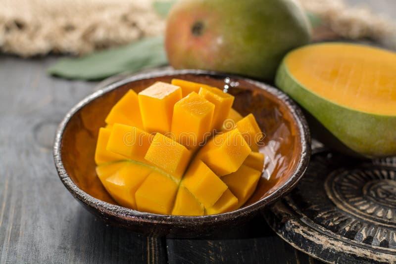 Mogen organisk mango för tropisk sund frukt royaltyfria foton