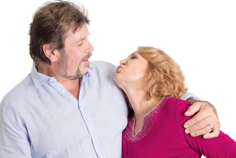 Mogen parförälskelse - man och kvinna som isoleras på vit bakgrund royaltyfri bild