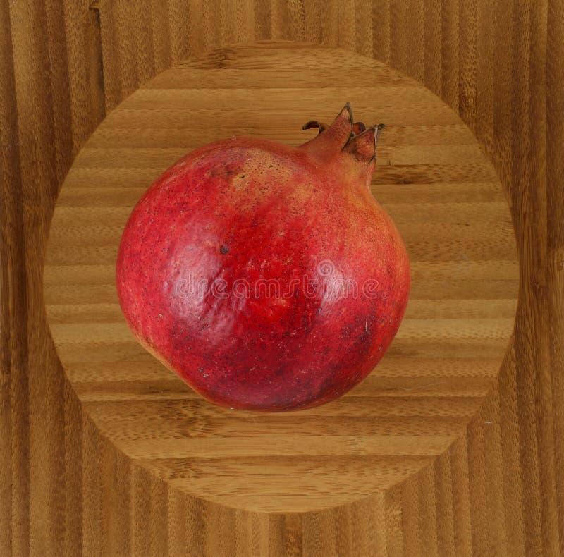 Mogen röd granatäpple på träbakgrund royaltyfria bilder