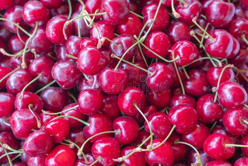 Mogen söt körsbär på en solig dag B?r i marknaden textur arkivfoton