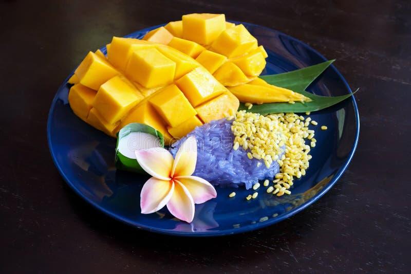 Mogen söt mango med klibbiga ris, traditionell thailändsk efterrätt fotografering för bildbyråer