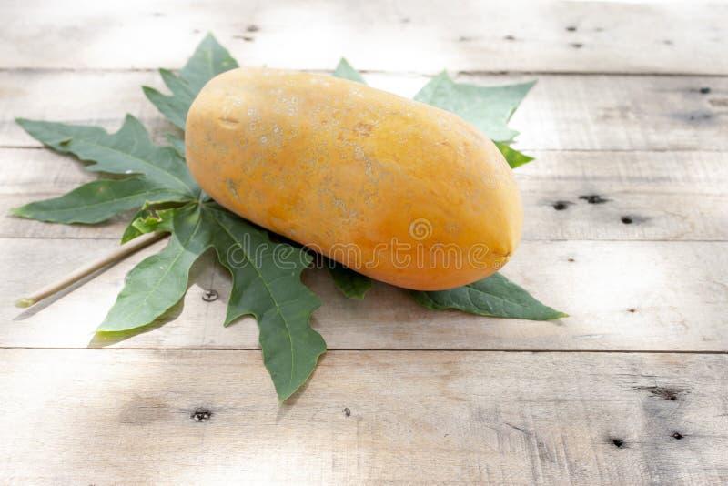Mogen söt papayafrukt och blad royaltyfria bilder
