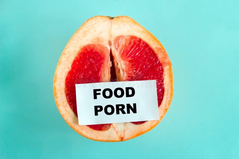 mogen saftig grapefrukt med anmärkningsmatpornografi som isoleras på en blå bakgrund fotografering för bildbyråer