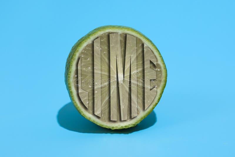 Mogen saftig l?cker limefrukt p? bl? bakgrund Sunt ?ta och banta begrepp royaltyfri fotografi