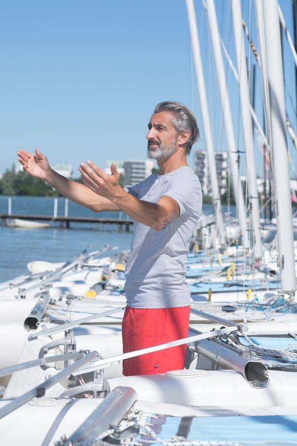 Mogen seglingprofessor som ger kurs royaltyfri fotografi