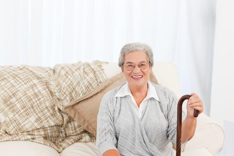mogen sittande sofakvinna royaltyfria foton
