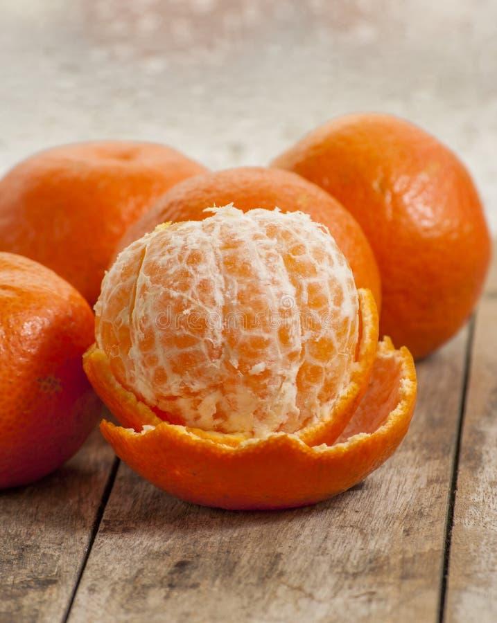Mogen skalat öppet för mandarin frukt royaltyfri foto