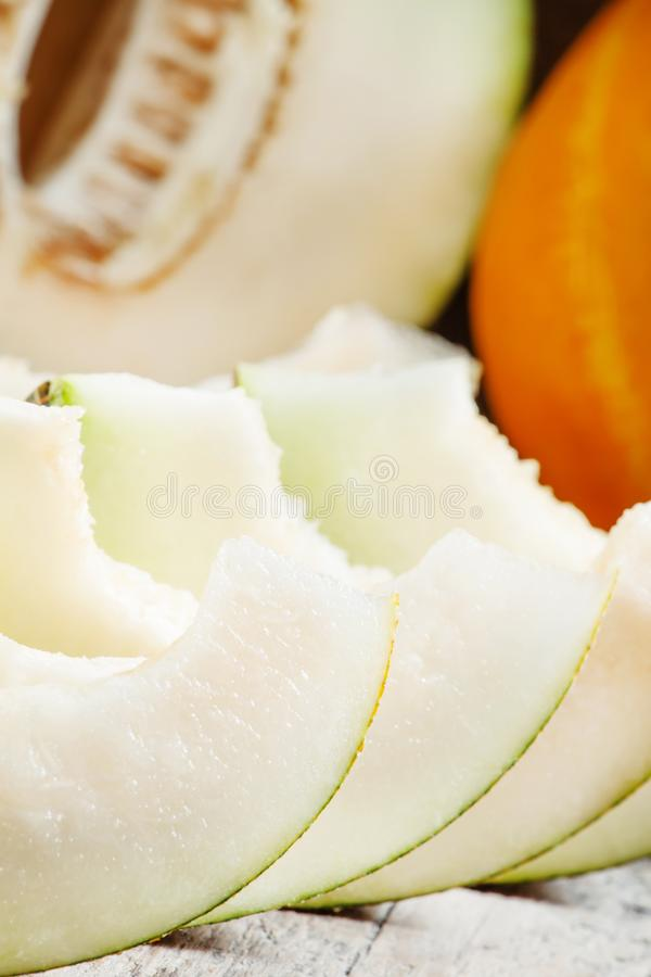 Mogen skivad melon på en träbakgrund, selektiv fokus royaltyfri fotografi