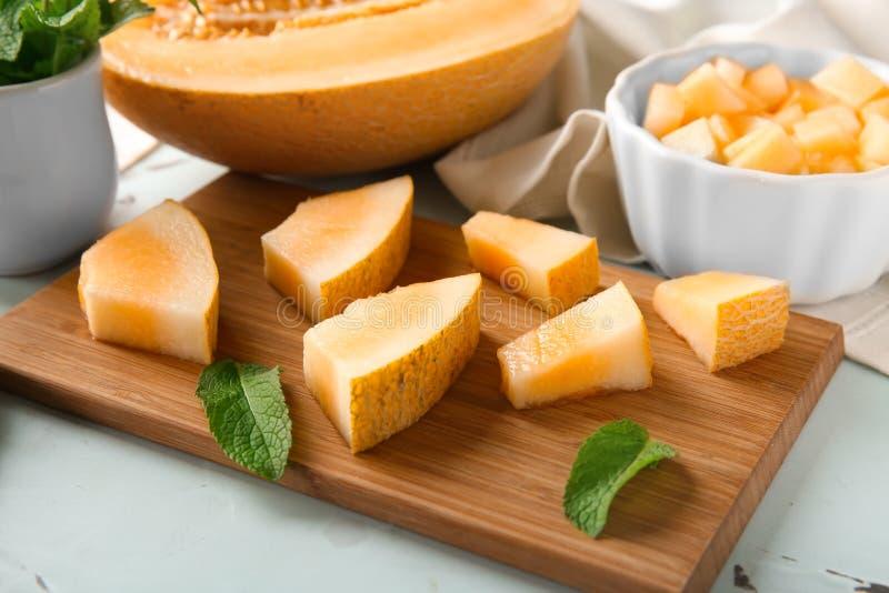Mogen skivad melon på träbräde arkivbild