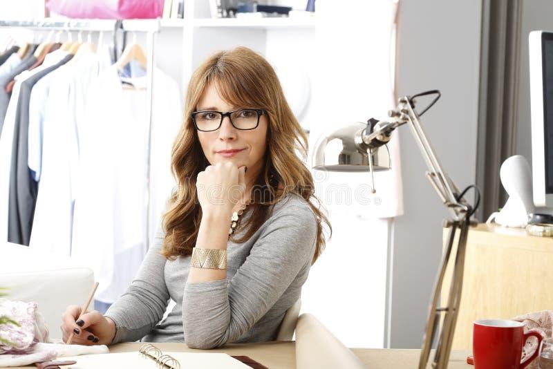Mogen stående för modeformgivare royaltyfria foton