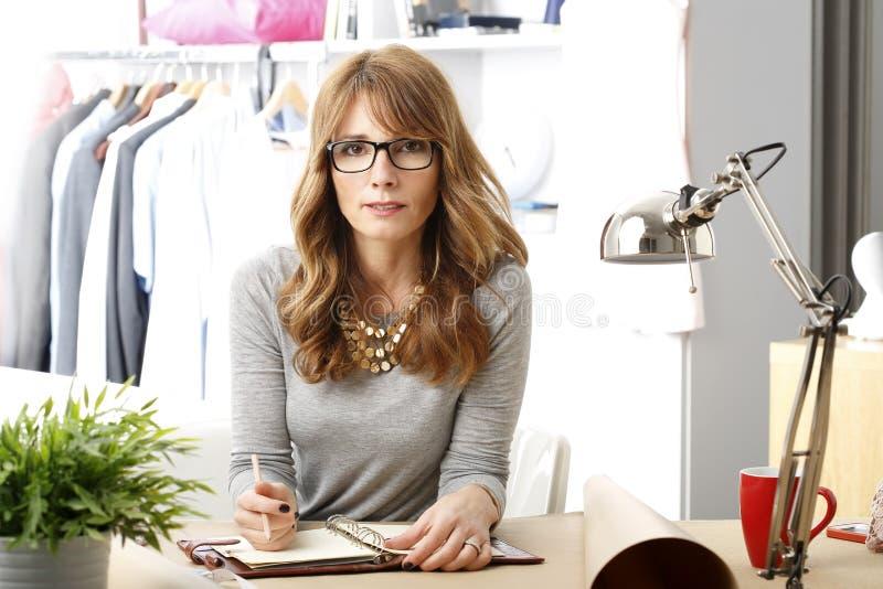Mogen stående för modeformgivare royaltyfri fotografi