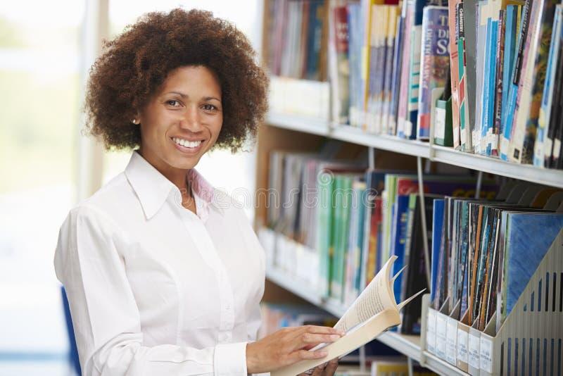 Mogen student Studying In Library för kvinnlig royaltyfria bilder