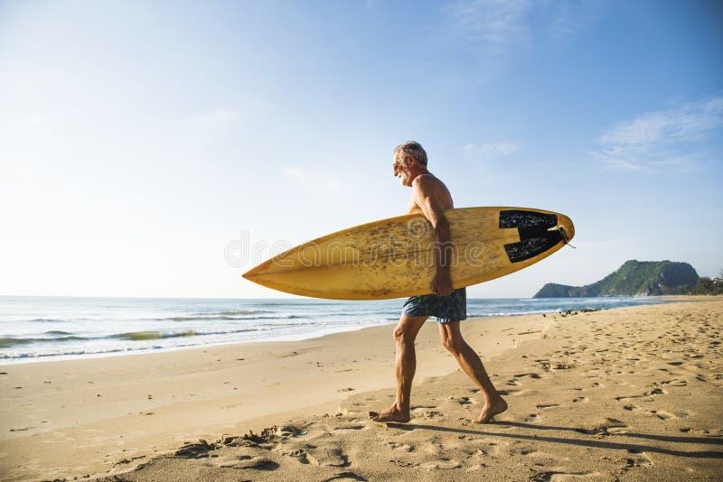 Mogen surfare som är klar att fånga en våg arkivfoton