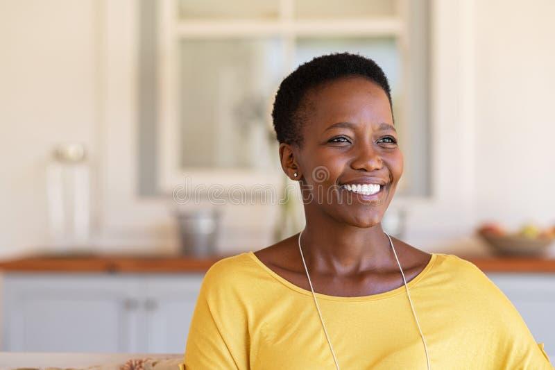 Mogen svart kvinna som ler med hopp royaltyfria foton