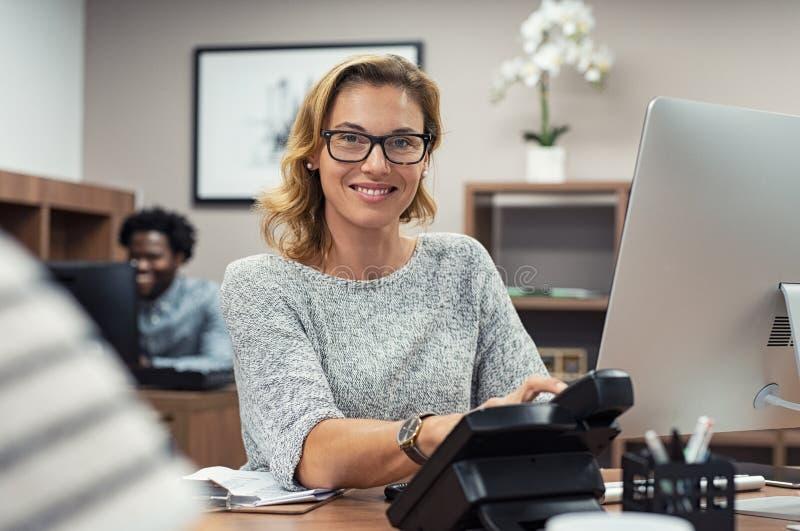 Mogen tillfällig kvinna som arbetar på datoren royaltyfria bilder