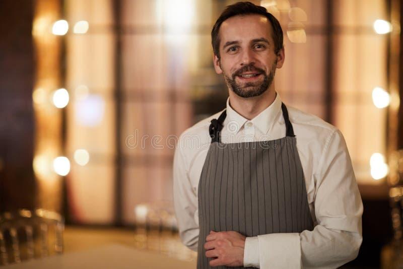 Mogen uppassare i restaurang arkivbild