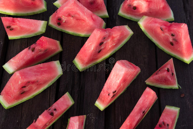 Mogen vattenmelon på en träbakgrund Lantligt begrepp royaltyfria bilder