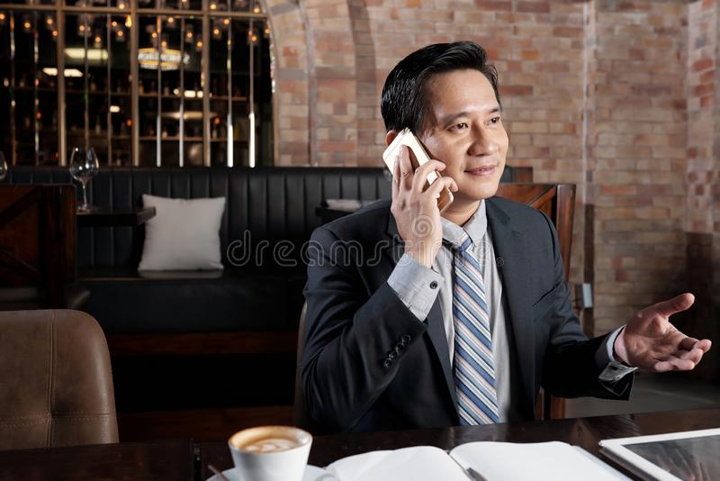 Mogen vietnames i kafé arkivfoto