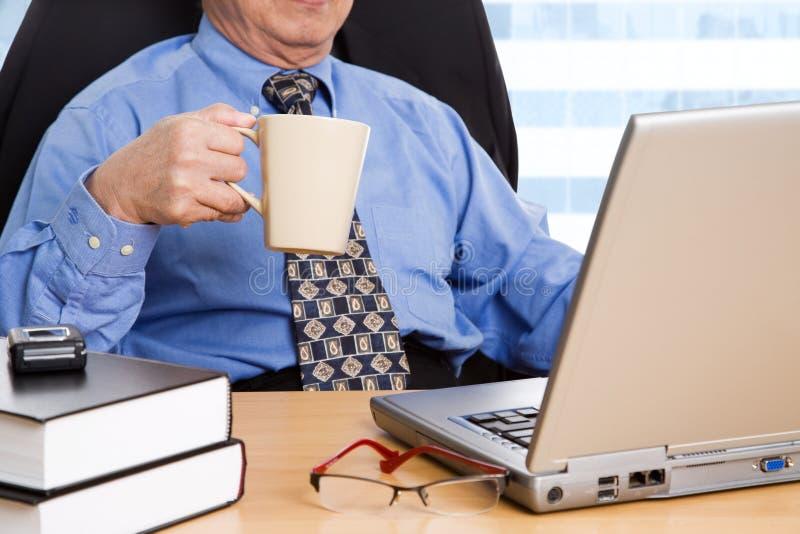 mogen working för affärsman royaltyfri bild