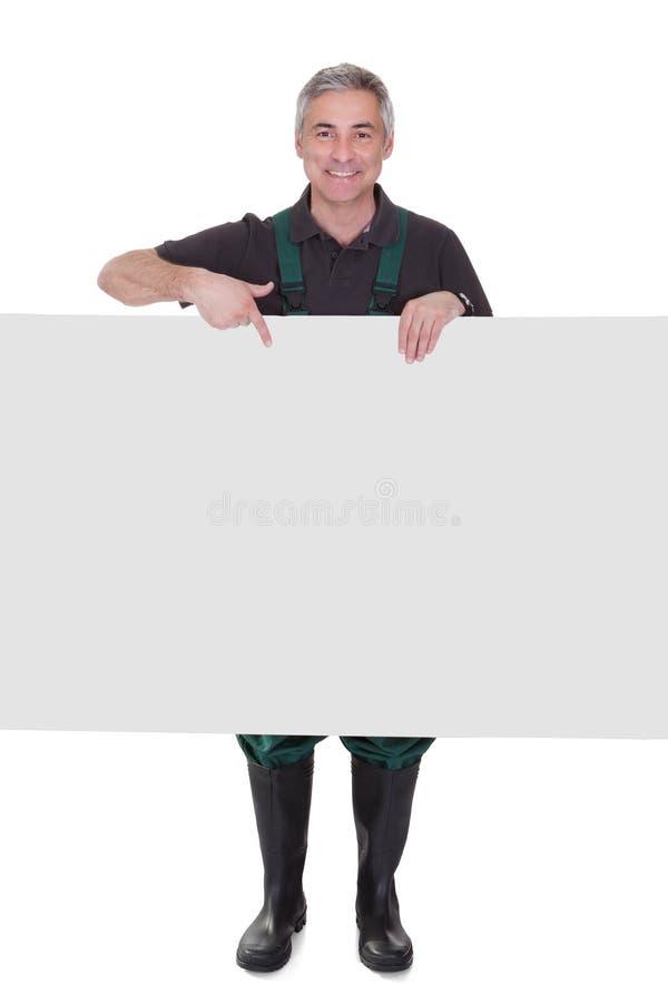 Moget manligt gardnerinnehavplakat arkivfoton