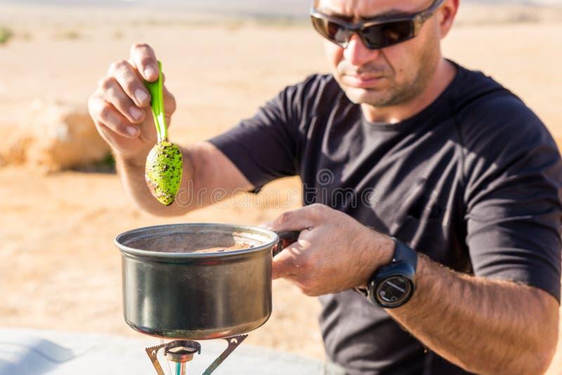 Moget manmatlagningkaffe på gasugnen, reser utomhus- royaltyfri bild
