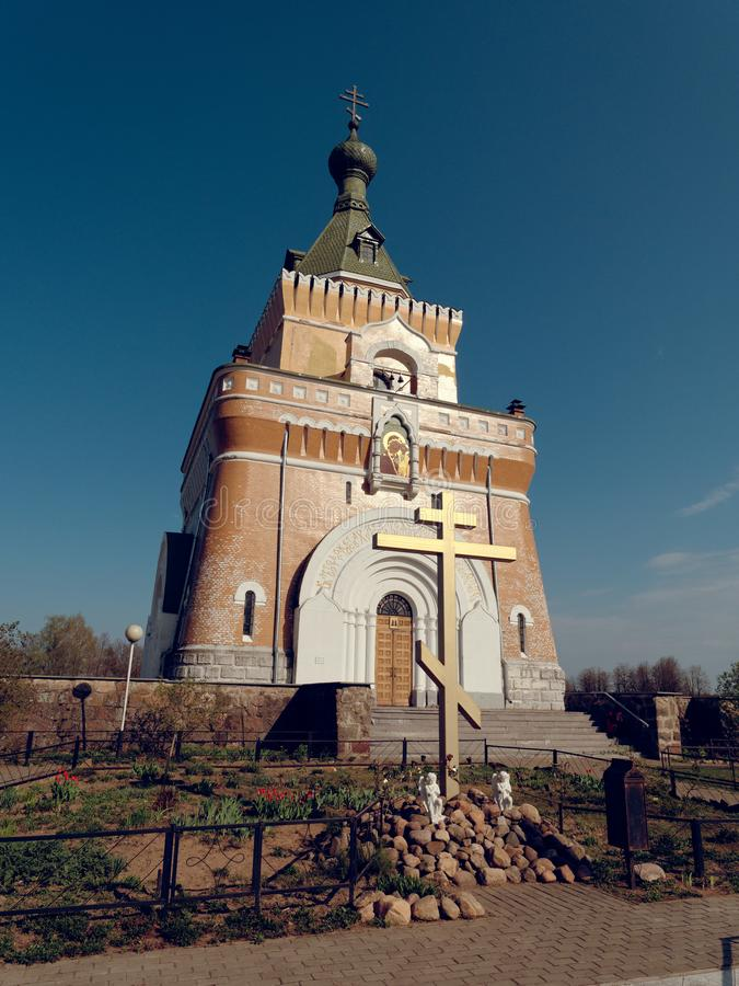 MOGILEV, BIELORR?SSIA - 27 DE ABRIL DE 2019: FOREST Village Igreja bonita fotografia de stock