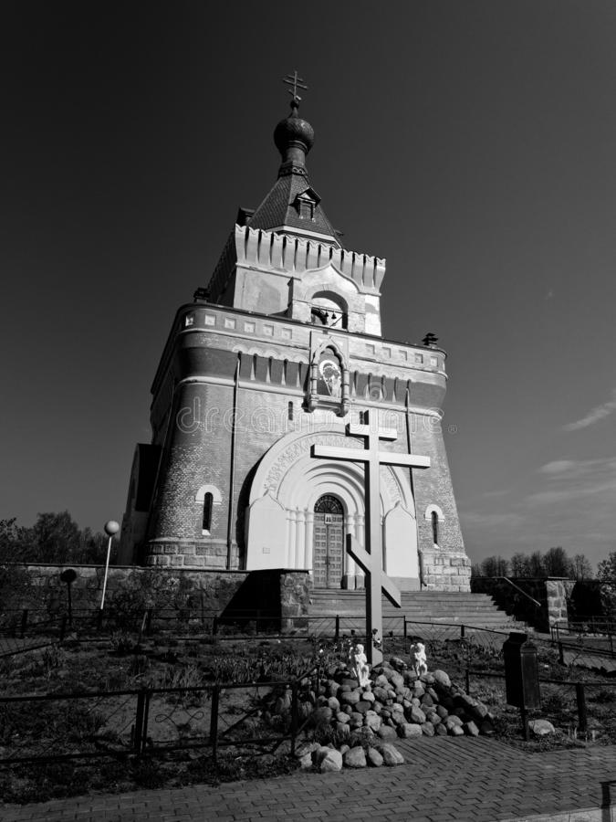 MOGILEV, BIELORR?SSIA - 27 DE ABRIL DE 2019: FOREST Village Igreja bonita foto de stock
