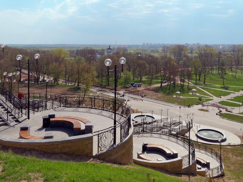 MOGILEV, BIELORR?SSIA - 27 DE ABRIL DE 2019: ?rea do parque com uma escadaria e uma fonte imagens de stock royalty free
