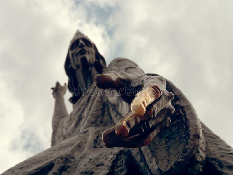 MOGILEV, BIELORRUSIA - 27 DE ABRIL DE 2019: la escultura del astr?nomo en el cuadrado imagen de archivo