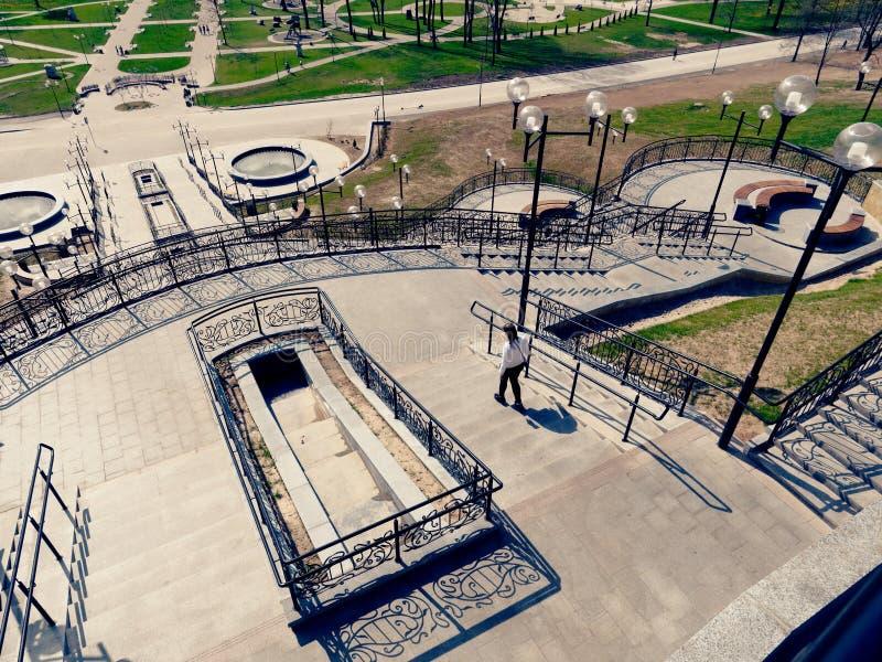 MOGILEV, BIELORRUSIA - 27 DE ABRIL DE 2019: ?rea del parque con una escalera y una fuente imágenes de archivo libres de regalías