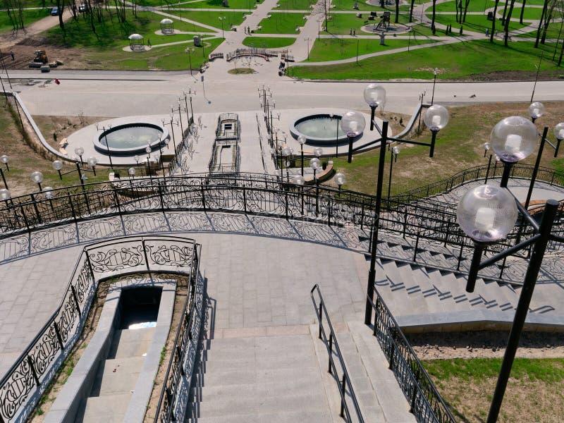 MOGILEV, BIELORRUSIA - 27 DE ABRIL DE 2019: ?rea del parque con una escalera y una fuente foto de archivo
