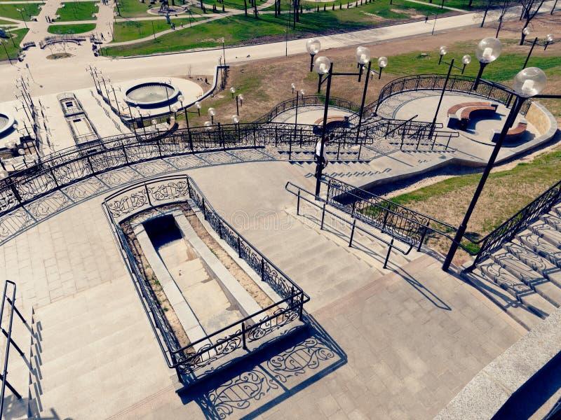 MOGILEV, BIELORRUSIA - 27 DE ABRIL DE 2019: ?rea del parque con una escalera y una fuente fotos de archivo