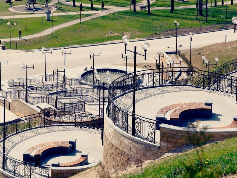 MOGILEV, BIELORRUSIA - 27 DE ABRIL DE 2019: ?rea del parque con una escalera y una fuente imagenes de archivo