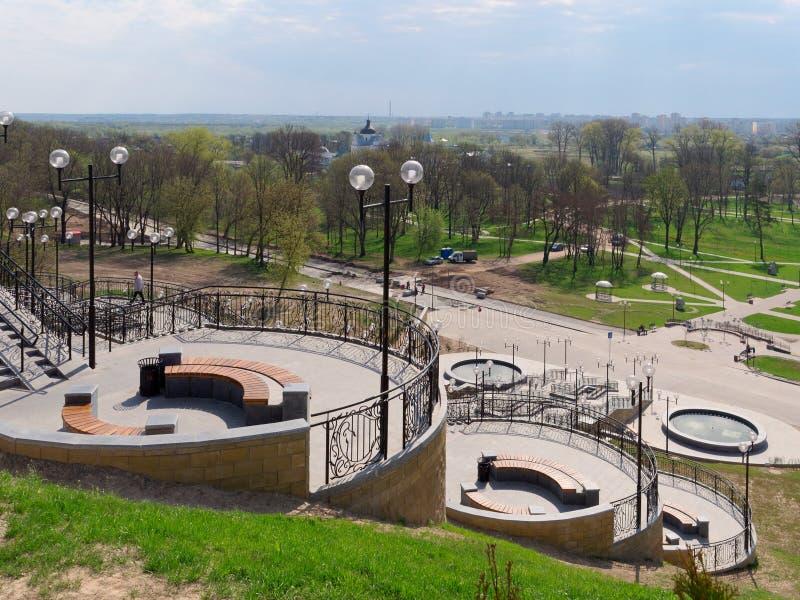 MOGILEV, BIELORRUSIA - 27 DE ABRIL DE 2019: ?rea del parque con una escalera y una fuente fotos de archivo libres de regalías