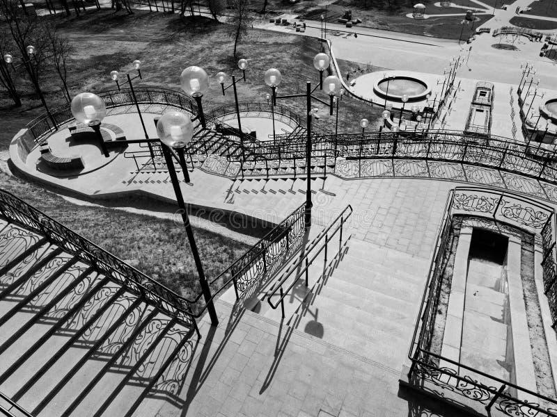 MOGILEV, BIELORUSSIA - 27 APRILE 2019: area del parco con una scala e una fontana immagini stock libere da diritti