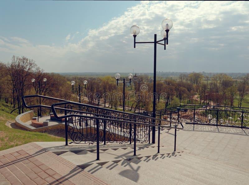 MOGILEV VITRYSSLAND - APRIL 27, 2019: parkera område med en trappuppgång och en springbrunn arkivbild