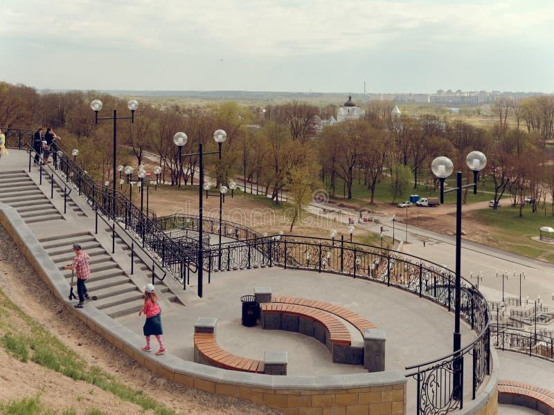 MOGILEV VITRYSSLAND - APRIL 27, 2019: parkera omr?de med en trappuppg?ng och en springbrunn royaltyfri fotografi