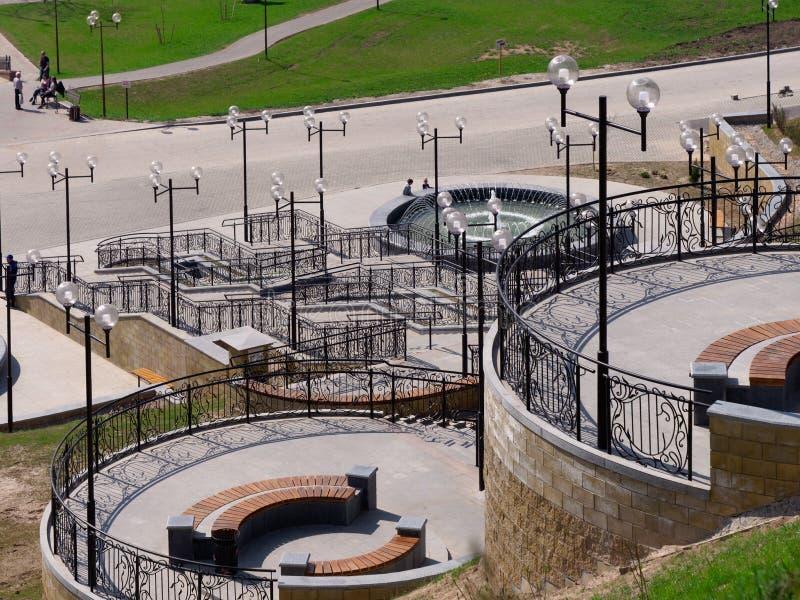 MOGILEV VITRYSSLAND - APRIL 27, 2019: parkera omr?de med en trappuppg?ng och en springbrunn arkivfoton